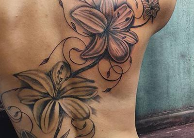 Lelie lily backpiece tattoo