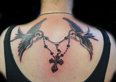 Zwaluw ketting kruis swallow chain cross tattoo